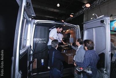 Visitantes da Merlin observam atentamente como funciona unidade móvel apresentada no SET EXPO