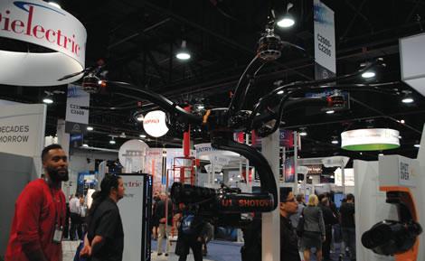 Os drones ganham, a cada ano, mais espaço na NAB; em 2016, encontramos equipamentos de todo tipo, desde modelos pequenos até este da Livestream, preparado para suportar uma câmera de mais de 500 gramas