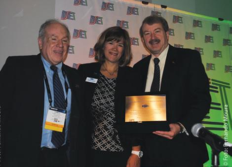 Da esquerda para a direita: Olímpio Franco ( SET), Barbara Lange ( SMPTE) e Robert Seidel (CBS) na entrega de uma distinção ao vice-presidente de Engenharia e Tecnologias Avançadas da CBS, a mais importante rede de televisão dos Estados Unidos