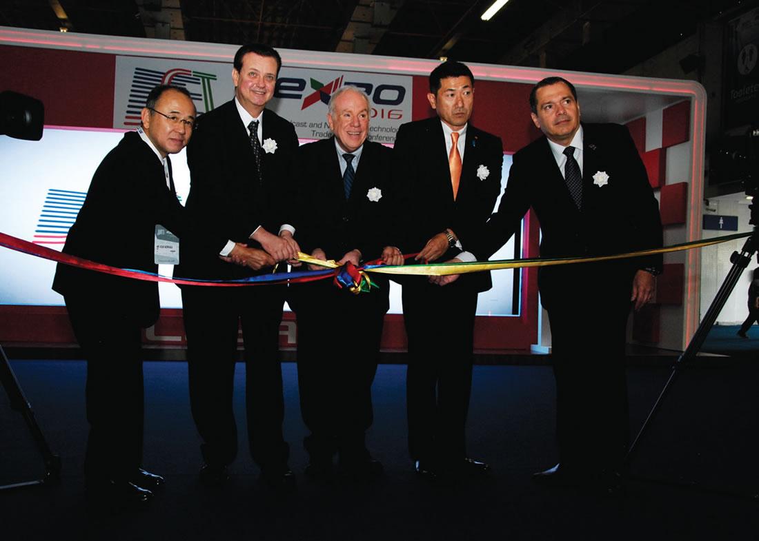 Kuoki Morinaga (diretor da emissora pública japonesa NHK - Nippon Hōsō Kyōkai); Gilberto Kassab (ministro da Ciência, Tecnologia, Inovação e Comunicações do Brasil); Olímpio José Franco (Presidente da SET); Jiro Akama (ministro das Comunicações do Japão); e Roberto Franco (Fórum SBTVD) abriram formalmente a 28 Edição do SET EXPO