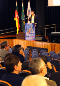 Paulo Damasceno (Hitachi Kokusai Linear) fala em Porto Alegre a uma plateia interessada