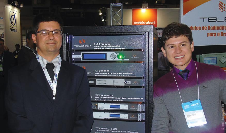 Equipe de vendas da JWSAT/ TELENICK apresentou o novo transmissor de FM TELENICK STR1000WB, com duas unidades de rack (89mm de altura) distribuídos em 12,5 kg, opera em uma única fonte
