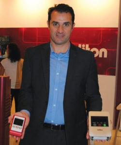 Cesar Donato, diretor Comercial da Foccus mostra no IBCC o novo e ZAO-S, transmissor de vídeo com codificação H.265 HEVC diretamenteda câmera com streaming 3G/4G