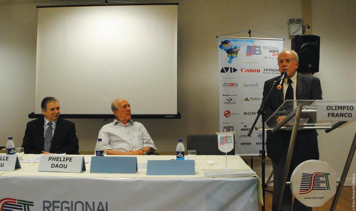 Olímpio Franco discursa na abertura do SET Norte 2015 enquanto Phelippe Daou e Nivelle Daou (SET/Rede Amazônica) escutam atentamente as referências do então presidente da SET sobre a colaboração inestimável da Rede Amazônica
