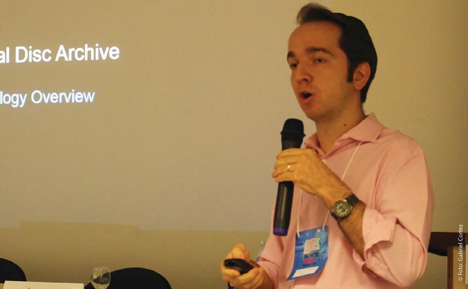 """Erick Soares (Sony) comparou as tecnologias de armazenamento óptico XDCAM e ODA e afirmou que """"uma nova mídia ODA de 3.3 TB pode custar R$ 1,4 mil reais, enquanto para armazenar esse mesmo conteúdo em XDCCAM, você precisaria de 66 XDCAM de 500 GB, que custariam R$ 13 mil reais"""""""