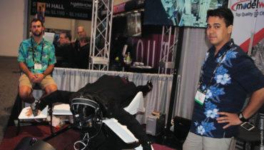 Na PLW Modeworld a imersão VR é levada a sério. Um simulador de voo onde o usuário fica deitado e tem vento de frente fizeram que os visitantes da NAB 2017 acreditassem que estavam sobrevoando o céu de Las Vegas